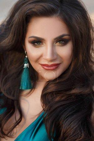 Photo pour Portrait de sourire femme attrayante regardant la caméra - image libre de droit