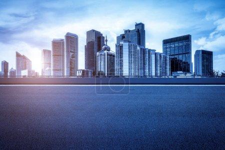 Photo pour Route urbaine, autoroute et construction Skylin - image libre de droit