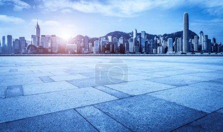 Photo pour Planchers de marbre vides et vue sur la ville sous le ciel bleu - image libre de droit