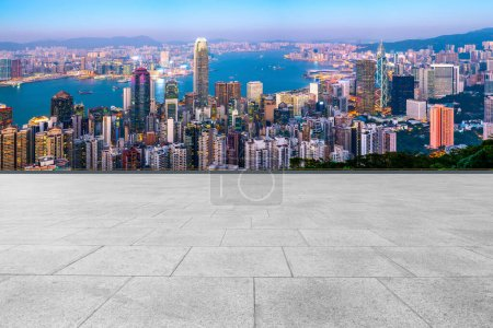 Photo pour Skyline panoramique et Plaza Brick Open Buildin - image libre de droit