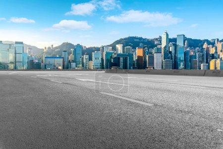 Photo pour Autoroute aérienne route asphaltée et immeuble de bureaux de construction commerciale - image libre de droit