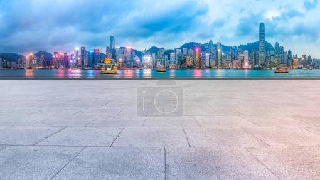 Photo pour Skyline panoramique et Plaza Brick Open Buildin - image libre de droit