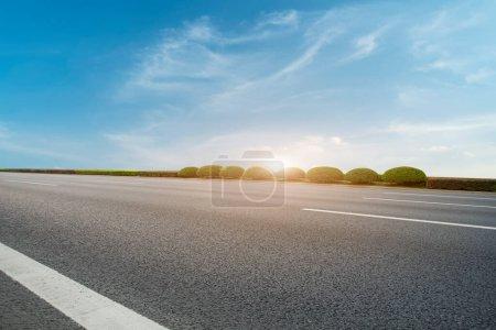 Photo pour Autoroute aérienne route asphaltée et de beaux paysages du ciel - image libre de droit