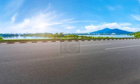 Photo pour Place de route asphaltée vide et paysage naturel sous le bleu s - image libre de droit