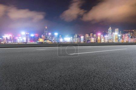 Vue panoramique de la ville, s route vide