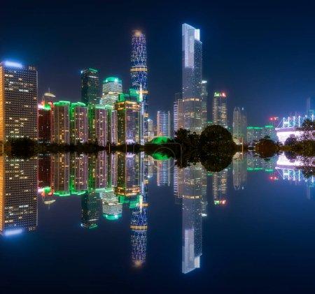Photo pour Le beau paysage architectural urbain de Guangzhou la nuit - image libre de droit