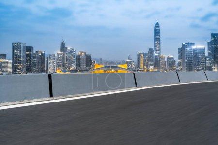 Photo pour Route asphalte chaussée et architecture de la ville Skyline - image libre de droit