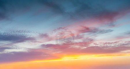 Photo pour Coucher de soleil paysage dans le ciel après le coucher du soleil - image libre de droit