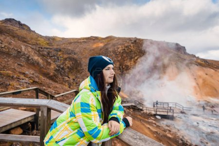 Photo pour Sources d'énergie renouvelables dans les paysages de l'Islande dans les montagnes désertiques de beauté de la nature du soufre. - image libre de droit