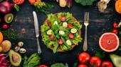 """Постер, картина, фотообои """"Салат из шпината и перепелиные яйца на фоне деревянные. Здоровая пища. Вид сверху. Копией пространства"""""""