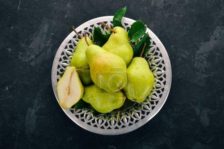 Photo pour Poires fraîches sur une table en pierre noire. Des fruits. Espace libre pour le texte. Vue du dessus . - image libre de droit