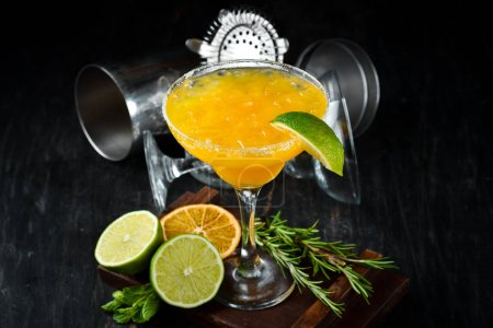 Photo pour Margarita Mango. Cocktail alcoolisé. Sur un fond en bois. Vue du haut. Espace de copie gratuit. - image libre de droit
