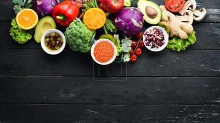 Foto de Gran juego de alimentos orgánicos. Verduras y frutas frescas. Vista superior. Espacio libre para tu texto . - Imagen libre de derechos