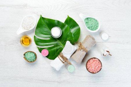 Photo pour Serviettes pour les cosmétiques pour le corps et le visage. Le concept de cosmétiques et de spa. Vue de dessus. Espace de copie gratuit . - image libre de droit