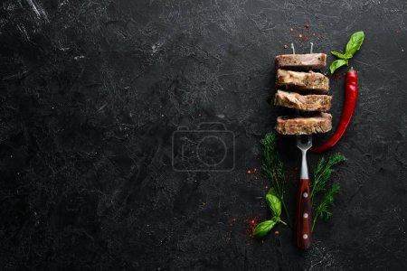 Photo pour Filet de porc cuit sur une fourchette. Plats, nourriture. Vue de dessus. Espace libre pour votre texte . - image libre de droit