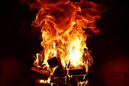 Foto de Largas lenguas de llama de fuego en un horno ardiente - Imagen libre de derechos