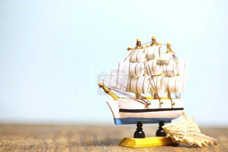 Photo pour Vieux bateau en bois avec voiles et mâts jouet sur un stand. Jouets vintage et rétro - image libre de droit