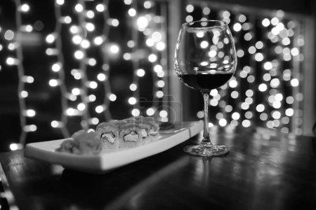 Photo pour Nourriture dans le café sur la table sushi japonais et thé - image libre de droit