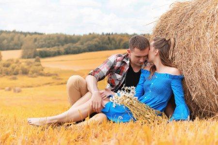 Photo pour Jeune couple sur une promenade dans les champs du pays à l'automne - image libre de droit