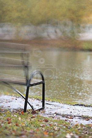 Photo pour Automne pluie backgroun dans le parc pendant la journée - image libre de droit