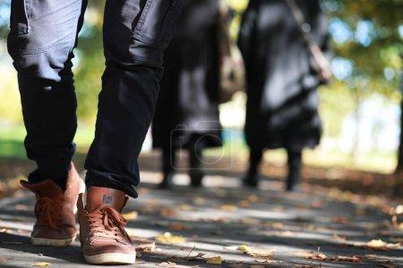 Photo pour Homme marchant le long d'un chemin d'accès dans le feuillage automne Park - image libre de droit