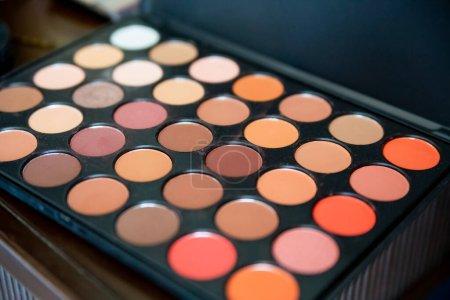 Photo pour Palette ombre à paupières multicolore pour visage professionnel et maquillage. Produits cosmétiques pour le visage pour la beauté et les soins de la peau - image libre de droit