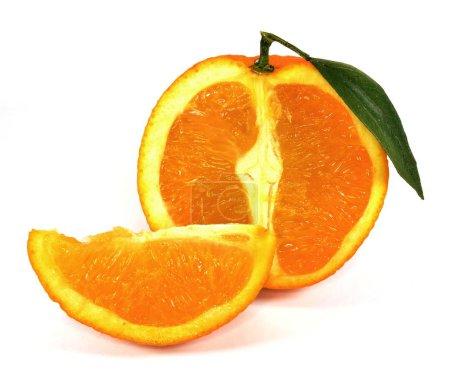 Photo pour Couper l'orange avec feuille verte et tranche sur fond blanc - image libre de droit