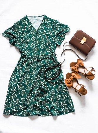Photo pour Vêtements d'été pour femmes - robe verte sur l'odeur, sandales en daim marron, sac en cuir croisé sur fond blanc, vue sur le dessus. Concept de mode - image libre de droit
