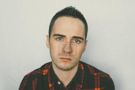 Triste cara de joven. El hombre llora con lágrimas. Joven chico guapo con expresión triste. La triste condición. Hombre gravemente herido .