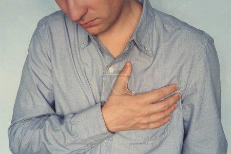 Photo pour Homme ayant des douleurs thoraciques, de crise cardiaque. psychologique, moral, amour souffrances et expériences du concept - image libre de droit