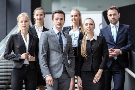 Foto de Retrato del equipo exitoso de gente de negocios de pie juntos en el moderno edificio de oficinas - Imagen libre de derechos