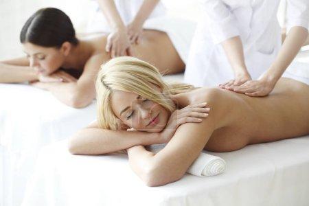 Photo pour Deux femalefriends belles recevant le massage dans le spa - image libre de droit
