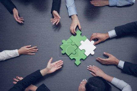 Photo pour Groupe de gens d'affaires assembler le puzzle, soutien de l'équipe et aide concept - image libre de droit