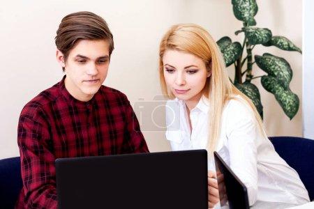 Foto de Equipo de negocios en el espacio de trabajo con computadoras. Profesor en la sala de clases enseña a los adultos hombres y mujeres . - Imagen libre de derechos