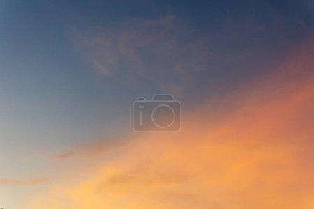 Photo pour Beau ciel crépusculaire après le coucher du soleil. foyer doux . - image libre de droit