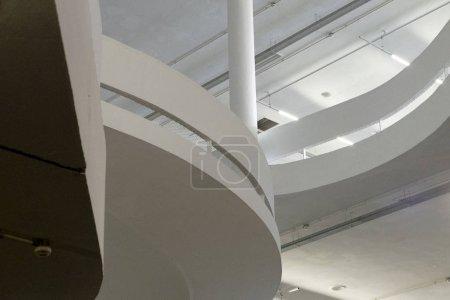 Photo pour Vue de dessus du détail de l'architecture moderne. Fragment de raffiné du bâtiment contemporain intérieur / public bâtiment. - image libre de droit