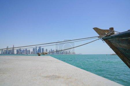 Al Dafna horizonte arquitectónicamente moderno a través de Dhow Harbour en D
