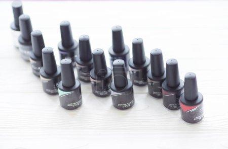 Photo pour Groupe de vernis à ongles de couleurs différentes sur fond flou - image libre de droit