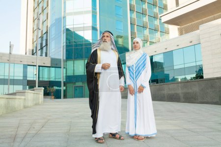 Photo pour Couple arabe avec des vêtements traditionnels datant à l'extérieur - image libre de droit