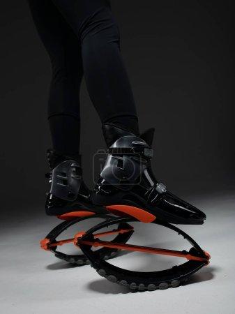 Photo pour Pieds d'ajustement dans les chaussures de saut de kangoo. - image libre de droit