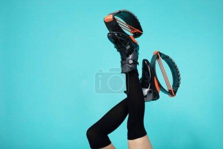 Photo pour Pieds de femme d'ajustement dans des chaussures de saut sur le fond bleu. - image libre de droit