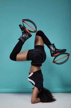 Foto de Joven chica de fitness posando en la bota de entrenamiento de kangoo. - Imagen libre de derechos