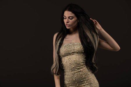 Photo pour Femme de brunette sensuelle posant dans la robe sexy. Coup de studio. - image libre de droit