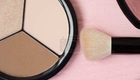 Foto de Pincel de maquillaje y cosmética decorativa en un fondo rosa pastel con espacio vacío. - Imagen libre de derechos