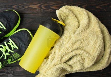 Photo pour Equipement sportif - baskets, serviette water6. Fond de sport sur le plancher en bois, vue supérieure . - image libre de droit
