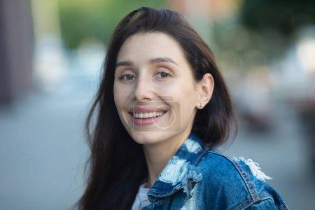 Photo pour Gros sourire blanc brillant headshot avec une belle femme brune sincère heureuse expression positive gaie . - image libre de droit
