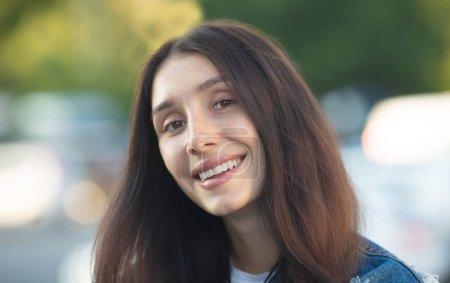 Foto de Gran sonrisa blanca brillante cabeza con una hermosa mujer morena sincera feliz expresión positiva alegre. - Imagen libre de derechos