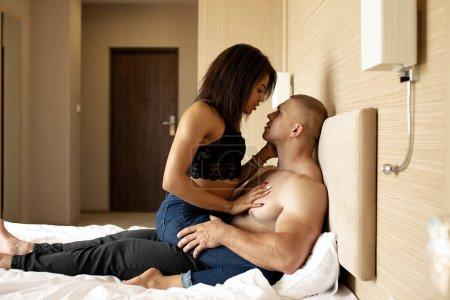 Photo pour Couple multiracial dans les préliminaires érotiques sensuels . - image libre de droit