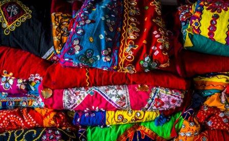 Photo pour Vue rapprochée des vêtements colorés du festival - image libre de droit