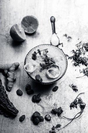 Photo pour Smoothie en Melon amer d'ingrédients dont les graines sur une surface en bois d'argent. Smoothie de courge amère contient un train de nutriments importants - image libre de droit
